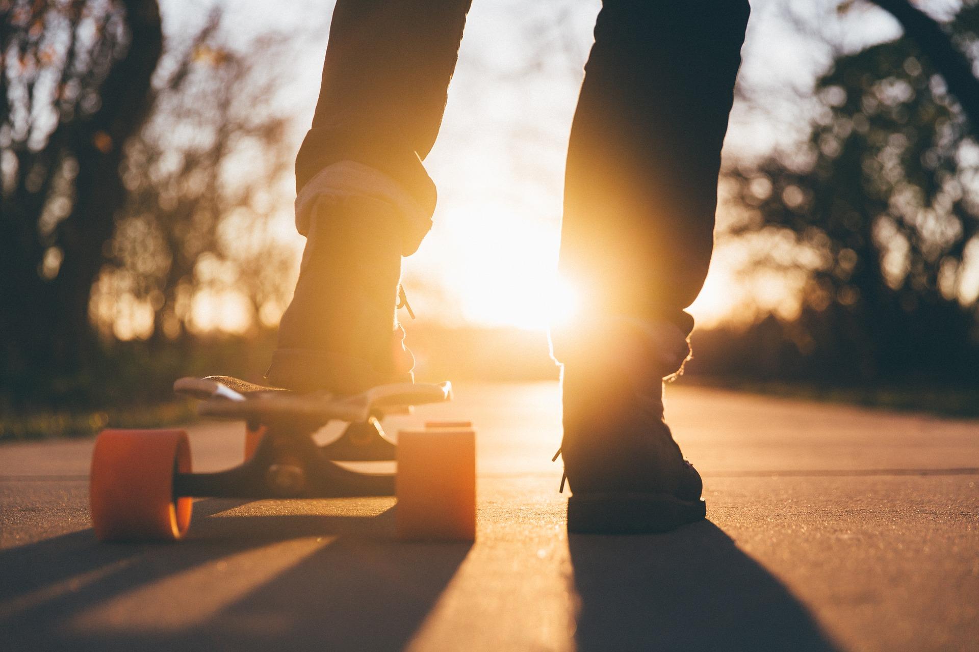 joven con patinete